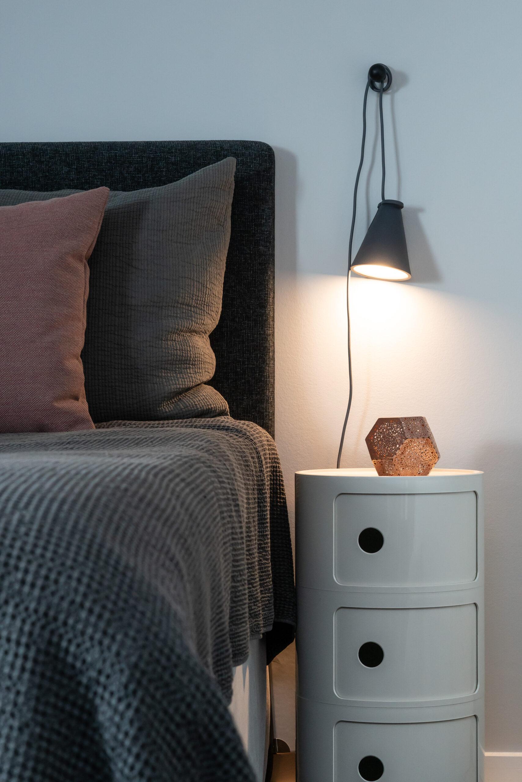 Varma textiler och finstämd belysning skapar trivsel och komfort.